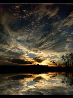 Картинка 240 на 320 пикселей с пейзажем заходящего Солнца.